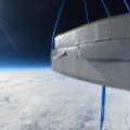 Kapsuła multimedialna misji BHR-21 na tle Ziemi i czerni kosmosu.