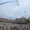 Start misji BHR-21 z płyty Starego Rynku w Bydgoszczy. Widoczne oba balony oraz oba spadochrony. W lewej części kadru widać fragment kapsuły multimedialnej.